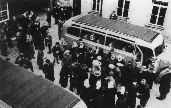 """W ramach akcji """"T4"""" zamordowano dziesiątki tysięcy obywateli III Rzeszy. Podobny los czekał niepełnosprawnych fizycznie i umysłowo Polaków. Zdjęcie i podpis z książki """"Bilans krzywd""""."""