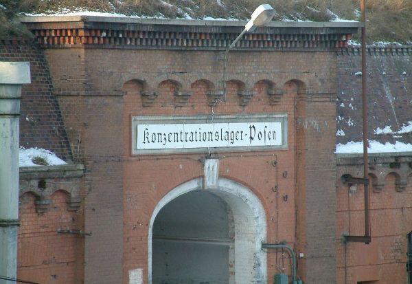 Konzentrationslager Posen – Obóz Koncentracyjny Poznań. Napis nad wejściem do Fortu VII.