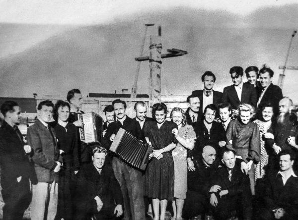 """Workuta nie była przyjaznym miejscem. A jednak polscy zesłańcy musieli tam spędzić czasem kilka, kilkanaście, nawet kilkadziesiąt lat. Stefania czwarta od prawej. Zdjęcie z książki """"Dziewczyny z Syberii""""."""