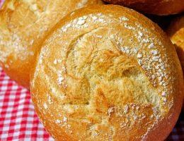 Świeże bułeczki pszenne (fot. Couleur, lic. CC0)