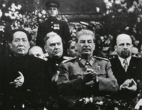 """Mao spotkał się ze Stalinem po raz pierwszy w 1949 roku. Brał udział w ceremonii 70. urodzin przywódcy ZSRR. Zdjęcie z książki """"Mao. Cesarstwo cierpienia""""."""