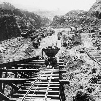 Budowa Kanału Panamskiego rozpoczęła się w 1879 roku.
