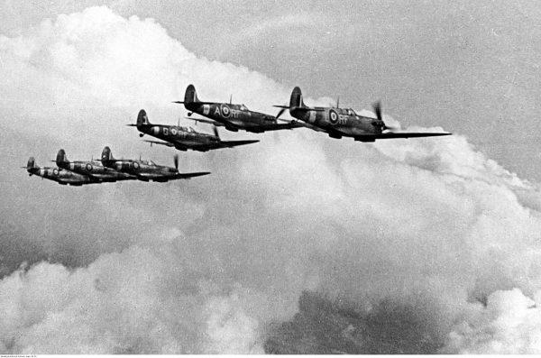 W Anglii Kotz latał na Hurricane'ach i Spitfire'ach. Na zdjęciu Spitfire'y Dywizjonu 303.