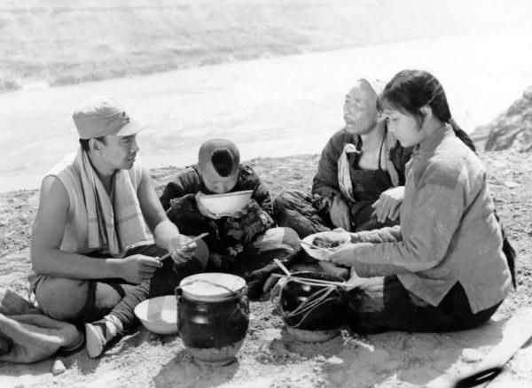 """W filmie """"Żółta ziemia"""" więźniowie w milczeniu siedzą i wylizują swoje miski wiele razy."""