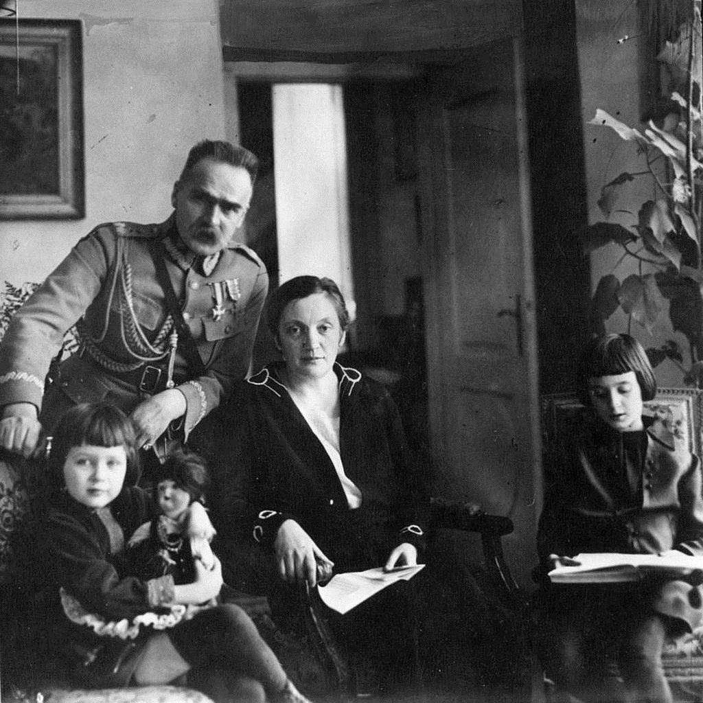 Państwo Piłsudscy z córkami Wandą i Jadwigą.