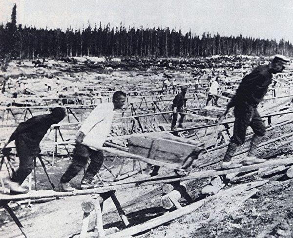Wzorem dla chińskich komunistów stał się system sowieckich łagrów. Na zdjęciu więźniowie w ZSRR w trakcie budowy Kanału Białomorsko-Bałtyckiego.