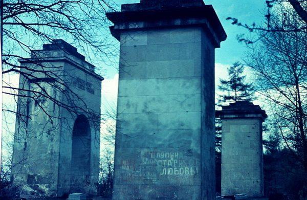 Na początku lat 70. Pomnik Chwały został zniszczony przez sowietów. Wtedy też zniknęły z niego lwy (stan w 1974 roku).