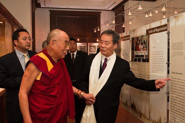 Jednym z więźniów, którzy przeżyli piekło obozów, był Harry Wu (po prawej). Na zdjęciu z Dalajlamą w Laogai Museum, placówce upamiętniającej cierpienia skazanych.