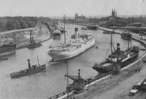 Zadaniem kompanii było zdobycie polskiej placówki na Westerplatte. Na zdjęciu wejście do portu w Gdańsku około 1937 roku. Po lewej widać mury Wojskowej Składnicy Tranzytowej.
