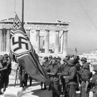 Flaga Trzeciej Rzeszy na Akropolu (fot. Bundesarchiv, Bild 101I-164-0389-23A, Theodor Scheerer, lic. CC-BY-SA 3.0)