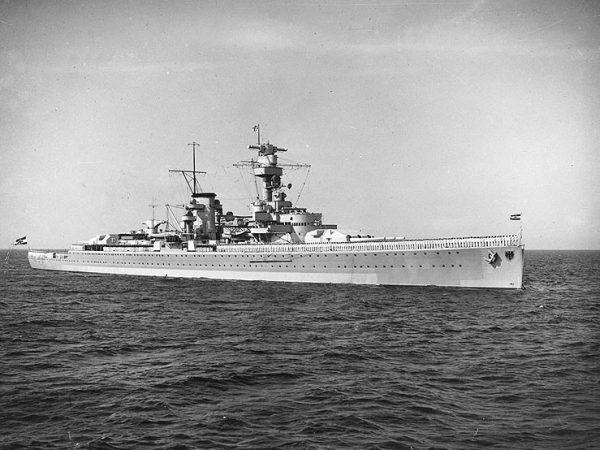 """Kompania Szturmowa przeżyła chrzest bojowy w czasie hiszpańskiej wojny domowej. Jeden z plutonów, dowodzony przez podporucznika Waltera Schuga, został zaokrętowany jako oddział pryzowy (abordażowy) na pokład pancernika kieszonkowego """"Deutschland""""."""