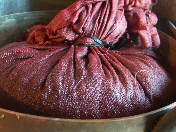 Materiał pofarbowany marzanną barwierską (fot. Bellelay, lic. CC BY-SA 3.0)