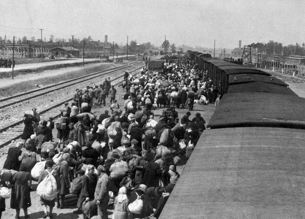 W 1944 roku alianci zdawali sobie sprawę ze zbrodni popełnianych na masową skalę w Auschwitz. Na zdjęciu przybycie zakarpackich Żydów do obozu.