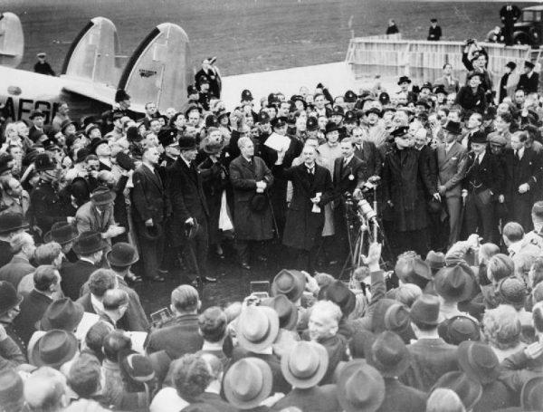 Wracając z Monachium, Chamberlain dał się ponieść emocjom. Przecenił znaczenie zawartego układu.
