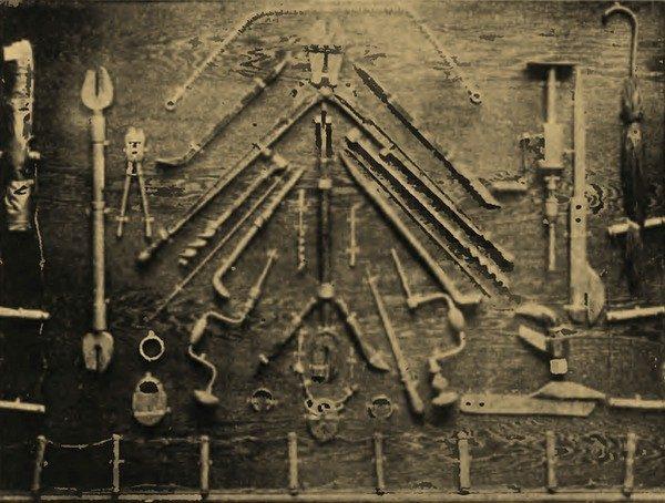 """Bez pomocy kasiarzy operacja """"Wózek"""" by się nie powiodła. Na zdjęciu z końca lat 30. narzędzia wykorzystywane przez adeptów tego """"fachu""""."""