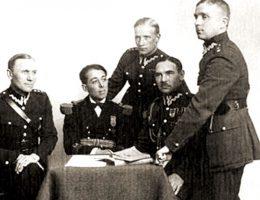 Oficerowie Biura Szyfrów. Od lewej Jerzy Suryn, Yamawaki Masataka, Paweł Misiurewicz, Jan Kowalewski, Maksymilian Ciężki (fot. domena publiczna)