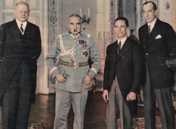 Józef Beck (pierwszy z prawej) chciał wymienić Sosnowskiego za aresztowanych w Polsce agentów Abwehry.