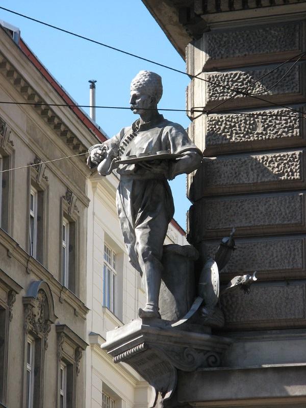 Pomnik na narożniku domu wyobrażający Kulczyckiego w stroju, w jakim podawał kawę (fot. Buchhändler, lic. CC BY-SA 3.0)