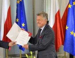Poseł Stanisław Piotrowicz podczas uroczystości wręczenia zaświadczeń o wyborze nowo wybranym posłom w Sali Kolumnowej Sejmu (fot. Adrian Gryciuk, lic. CCA SA 3.0 PL)