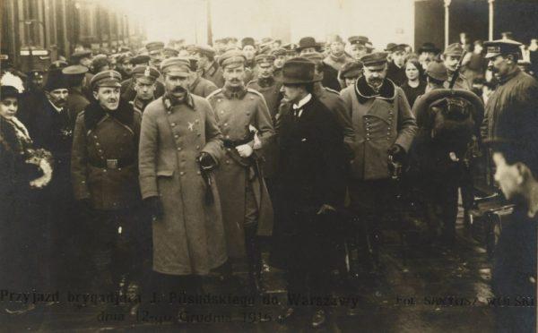 Przyjazd Piłsudskiego do Warszawy w roku... 1916. Zdjęcie nadal nagminnie ukazuje się jako ilustracja do wydarzeń z 10 bądź 11 listopada 1918 roku.