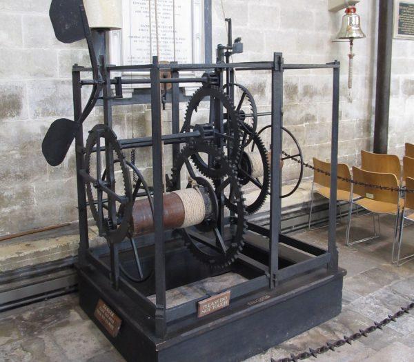 Pierwsze zegary po prostu co godzinę wprawiały w ruch dzwon. Maszyna tego typu, skonstruowana w 1386 roku, wciąż jeszcze działa w katedrze w Salisbury.