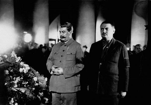 Stalin w czasie kryzysu zachował daleko idącą ostrożność.
