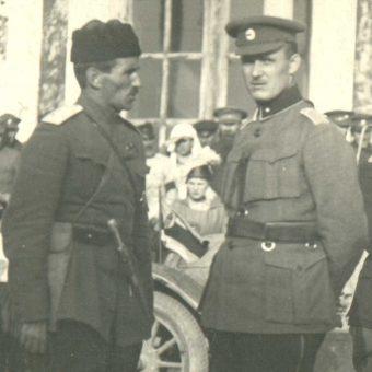 """Stanisław Bułak-Bałachowicz i estoński generał Johan Laidoner w Pskowie 25 sierpnia 1919 roku. Sojusz atamana z Estonią okazał się nietrwały. Zdjęcie i podpis z książki """"Wojna domowa""""."""