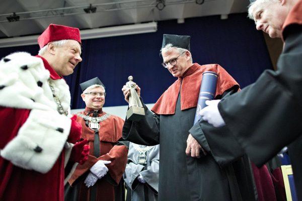 Uroczystość na UMCS. Prof. Snyder z figurką w ręce (fot. Bartosz Proll, dzięki uprzejmości UMCS)