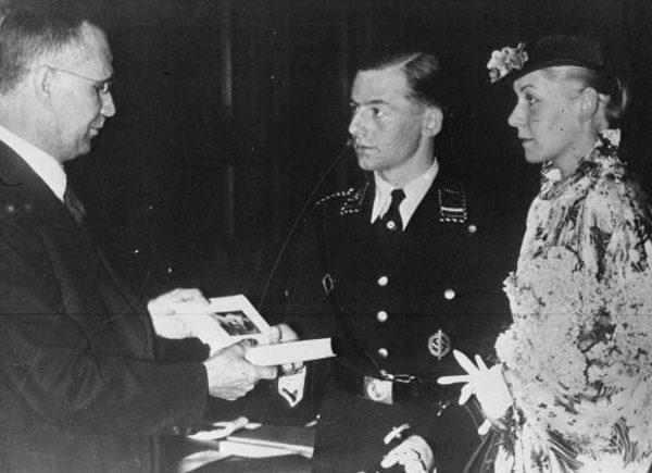 W nazistowskich Niemczech książka Hitlera była popularnym prezentem ślubnym (fot. domena publiczna)