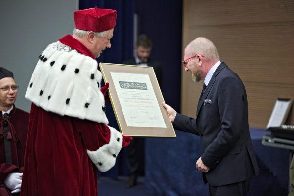 Wręczenie nagrody prof. Kochanowskiemu (fot. Bartosz Proll, UMCS)