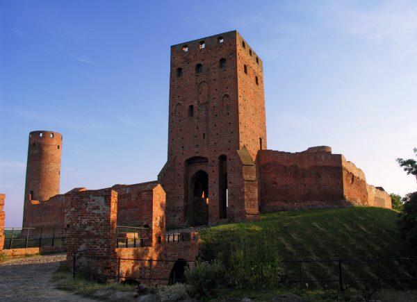 Poza zamkami książąt mazowieckich (na zdjęciu zamek w Czersku) w regionie nie zachowało się wiele średniowiecznych budowli. Z tego względu historycy przypuszczali, że były to tereny wyludnione. Nowe odkrycia polskich archeologów sugerują jednak, że mogło być inaczej.