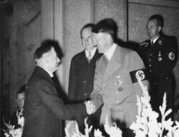 Głównymi aktorami w Monachium byli Adolf Hitler i Neville Chamberlain.