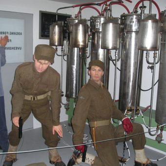 Rekonstrukcja akcji sabotażowej przeprowadzonej w lutym 1943 roku przez norweskich komandosów w zakładach chemicznych Norsk Hydro.