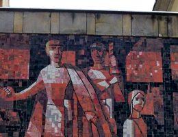 Łącznik między budynkiem przy Al. Jerozolimskich 28 a ul. Nowy Świat 15/17. Mozaika z roku 1964 przedstawiająca atak Gwardii Ludowej na Cafe Club tylko dla Niemców (fot. Panek, lic. GNU FDL)