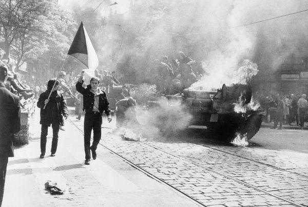 Jeden z reportaży przedstawia historię polskiego żołnierza, który brał udział w inwazji wojsk Układu Warszawskiego na Czechosłowację.