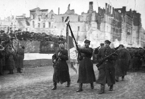 Wkroczenie Armii Czerwonej na ziemie polskie wywołało odmienne reakcje u ludności polskiej i żydowskiej. Na zdjęciu defilada 1 Armii Wojska Polskiego na ulicy Marszałkowskiej w Warszawie 19 stycznia 1945 roku.