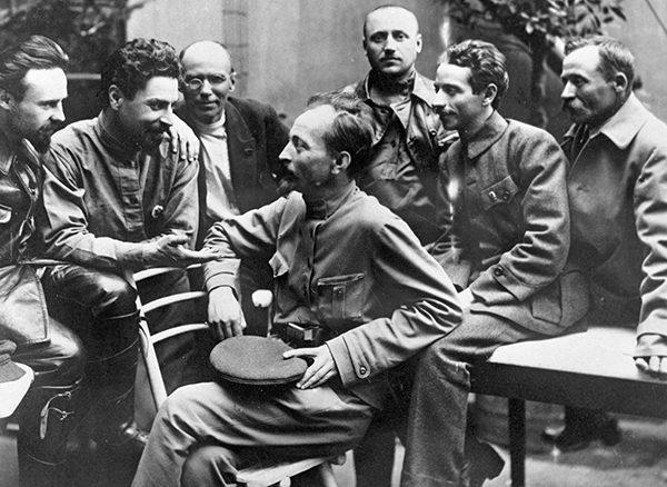 """Operację """"Trust"""" prowadziły specjalne jednostki, podlegające tajnej policji. Na zdjęciu Feliks Dzierżyński w otoczeniu przywódców Czeki."""