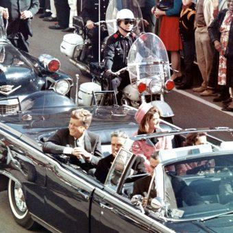 Prezydent pojawił się w Dallas, by rozpocząć kampanię przed planowanymi na jesień 1964 roku wyborami.
