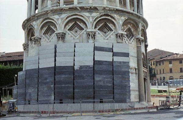 W latach 90. Krzywą Wierzę próbowano stabilizować za pomocą 800-tonowej przeciwwagi.