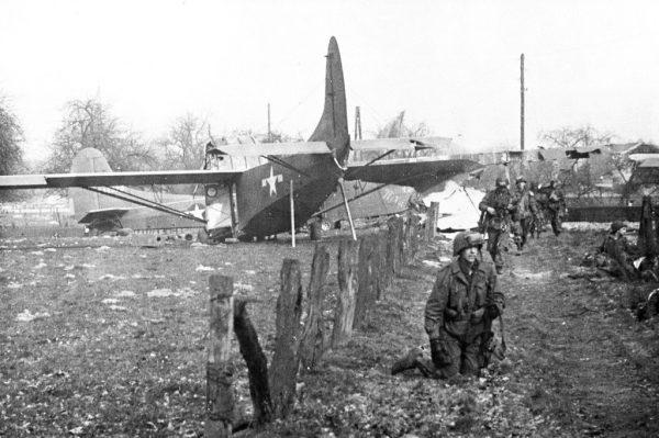 Amerykańscy żołnierze z piechoty szybowcowej po wylądowaniu niedaleko Wesel podczas operacji Varsity.