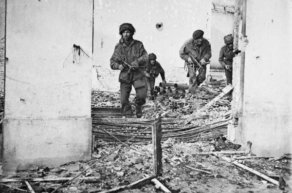 Problemy z komunikacją pojawiły się niemal od razu po desancie. Na zdjęciu brytyjscy spadochroniarze w czasie walk o Oosterbeek.