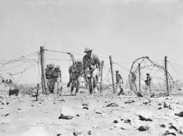 Rommel nie docenił determinacji i przygotowania przeciwnika. Na zdjęciu australijski patrol niedaleko Tobruku.