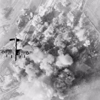 Polscy lotnicy z dywizjonu 300 brali udział w nalotach na Niemcy (na zdj. Lancaster podczas ataku na Bremę w marcu 1945 roku).