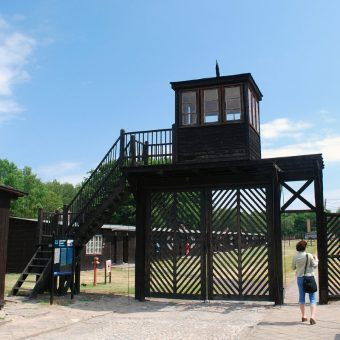 Brama wejściowa do obozu Stutthof (fot. Polimerek, lic. GNU FDL)