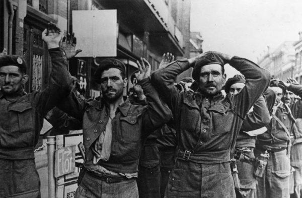 Operacja Market Garden miała doprowadzić do rychłego końca wojny, zakończyła się jednak kompletną klapą. Na zdjęciu brytyjscy jeńcy wzięci do niewoli w Arnhem.