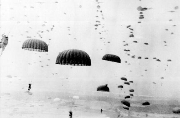 Brytyjscy spadochroniarze w czasie desantu w okolicach Arnhem.