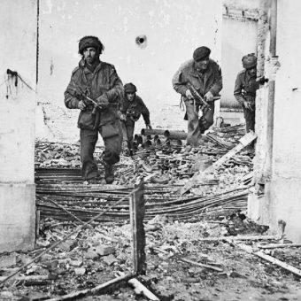 Brytyjscy spadochroniarze w czasie walk w Oosterbeek podczas operacji Market Garden.