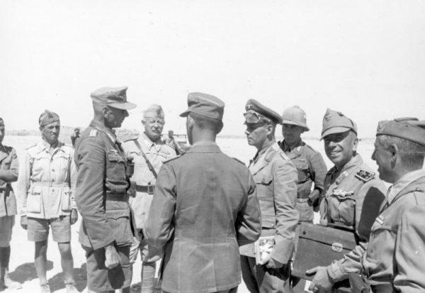 Rommel nieraz wymuszał posłuszeństwo współpracujących z nim włoskich oddziałów, stawiając je przed faktami dokonanymi. Na zdjęciu z oficerami, 1942 rok.