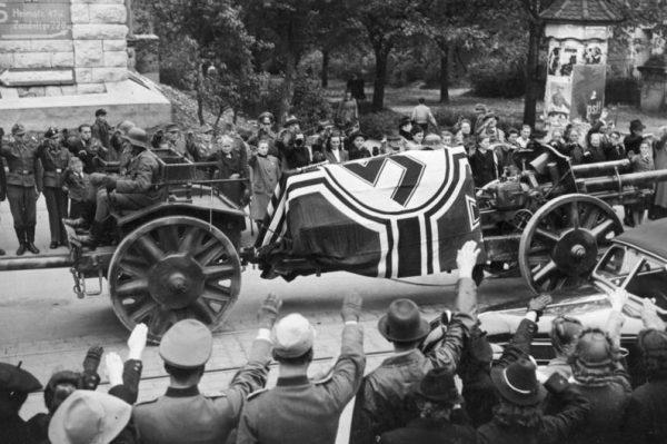 Rommla zmuszono do samobójstwa... a następnie wyprawiono mu pogrzeb z najwyższymi honorami.