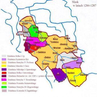 Księstwo bytomskie pod panowaniem Kazimierza w latach 1284–1303 (jasno fioletowy kolor) (fot. Zuber, lic. CC BY-SA 3.0)
